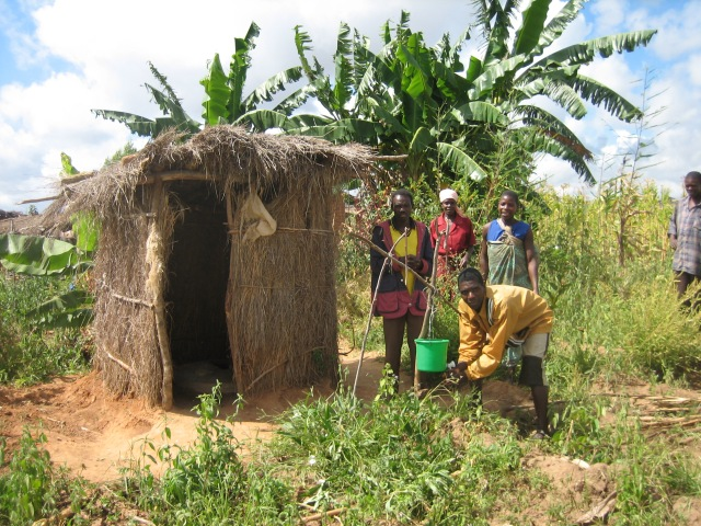 Arborloo in Africa with bananas growing around it. Photo: SuSan. Commons.Wikimedia.
